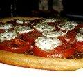 Tarte fine au confit d'oignons, tomate et fromage de chèvre