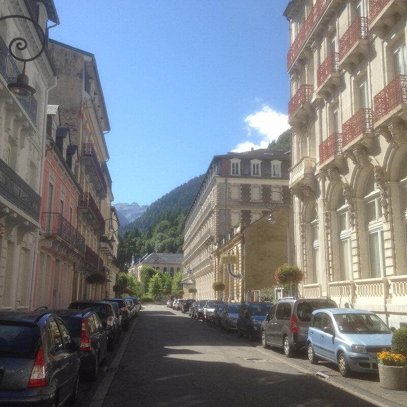 le Boulevard Latapie-Flurin à Cauterets et ses magnifiques bâtiments du 19ème siècle