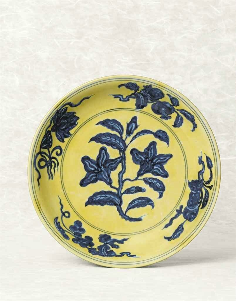 A yellow-ground blue and white 'Gardenia' dish, Hongzhi six-character mark within double circles and of the period (1488-1505)
