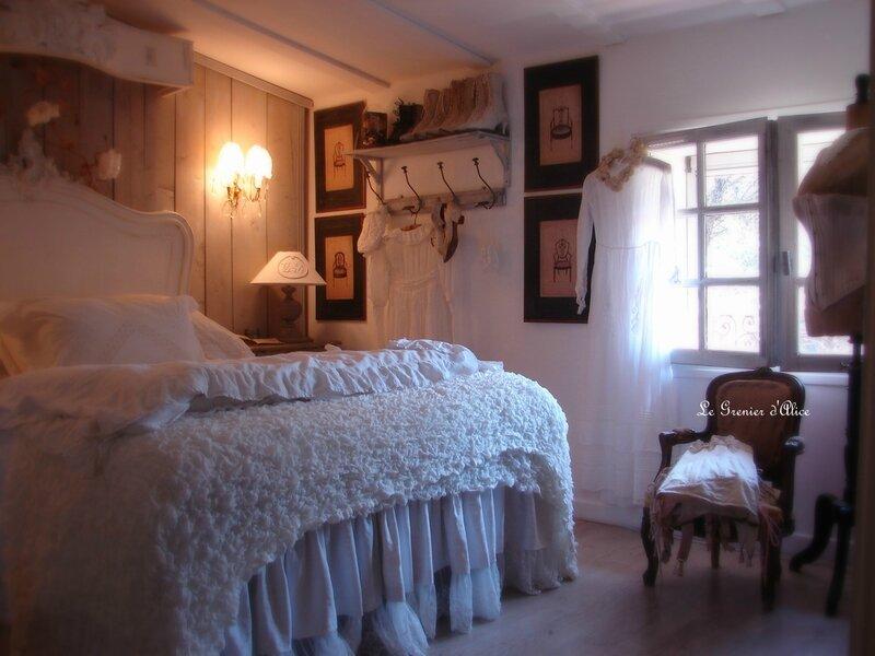 Chambre romantique shabby chic decorationd e charme decoration romantique dentelle chaussures anciennes buste couture ancien le grenier dalice 1