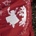 Chaperon blanc sur fond rouge