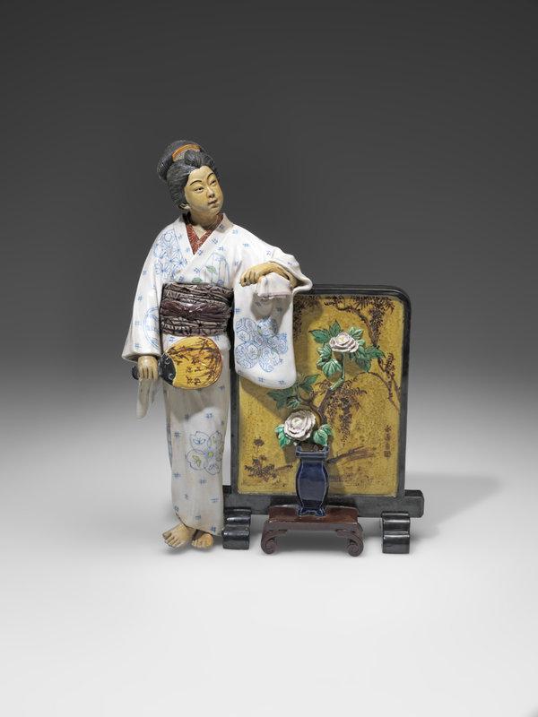 femme-au-paravent-manufacture-ceramique-goraku-ile-de-kyushu-photo-mauro-magliani-barbara-piovan-copyright-musee-ariana-ville-de-geneve-1600x0