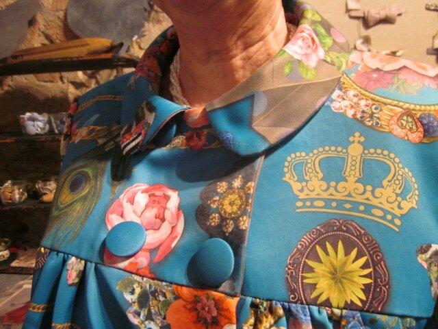 Manteau EDITH double boutonnage en polyester bleu canard imprimé - Doublure de satin turquoise - poches dnas les coutures de côtés - fermeture par 4 pressions dissumilés sous 4 boutons recouverts dans le mm tissu (5)