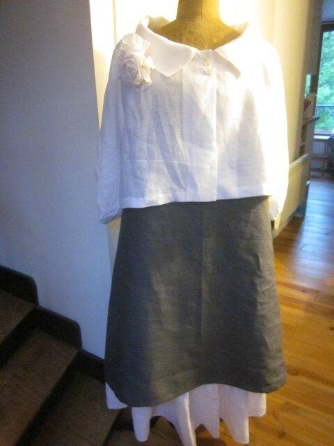 Veste BLANCHE en lin blanc portée sur une robe EUPHRASIE en lin gris anthracite et un jupon CLEMENTINE en lin blanc, avec une broche fleur EVELYNE en lin blanc - taille 56 (7)