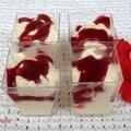 Glace parvée à la vanille nappée de caramel ou de coulis de framboises