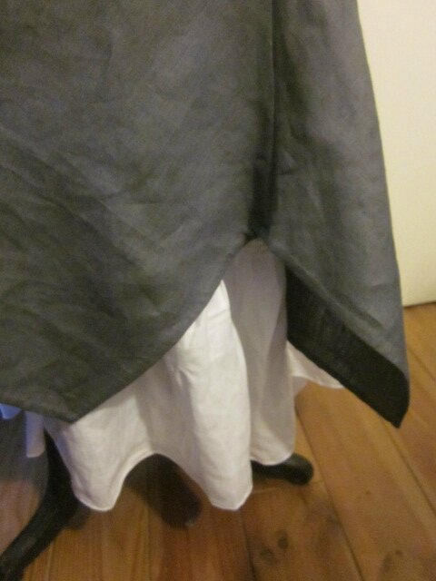 Robe EUPHRASIE en lin gris anthracite - portée sur un jupon CLEMENTINE en lin blanc - broche fleur EVELYNE en lin blanc - Taille 56 (4)