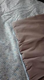 Plaid-Edredon en Liberty d'Anjo bleu et beige, dos de coton taupe, passepoil bleu 150x100 cm (6)