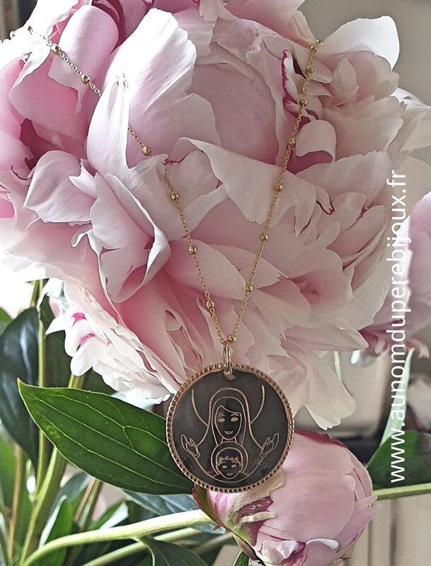 - collier médaille Vierge à l'Enfant cerclée de perles (sur chaîne perlée) - 74 € pour une médaille 20 mm ; 95 € pour une médaille 30 mm