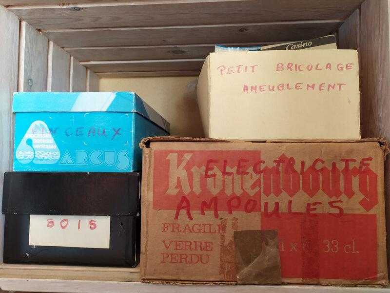 Boîtes réutilisées en rangements divers.
