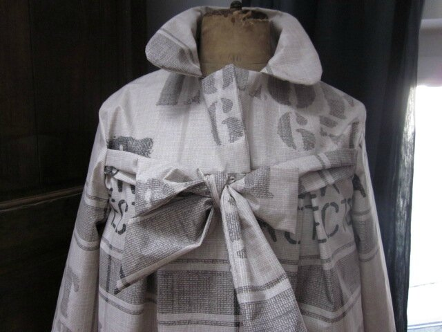 Ciré en coton enduit beige Atelier d'Architecte fermé sur le devant par un noued dans le même tissu (4)