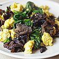 Epinards, champignons noirs et oeufs sauté à la chinoise.