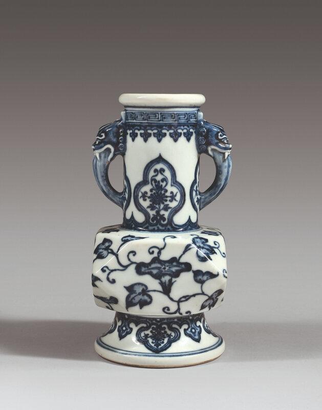Vase en porcelaine de forme balustre, marque à six caractères dans un double cercle en bleu sous couverte et période Yongzheng (1723-1735)