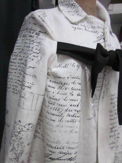 Manteau AGLAE en lin écru imprimé La Belle Fleuriste fermé par un noeud de lin noir (4)