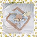 Doudou plat carré lapin bleu beige echarpe ecru nicotoy 22 cm