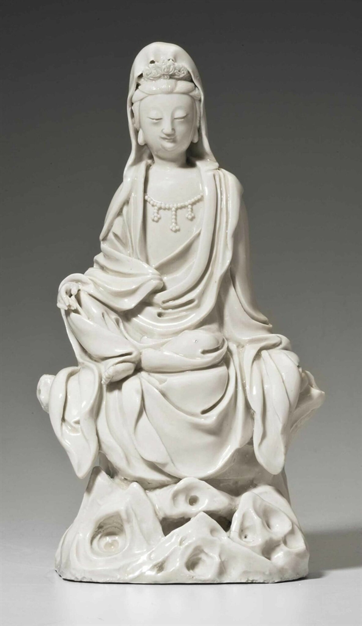 A Dehua figure of seated Guanyin, late Ming dynasty, 17th century