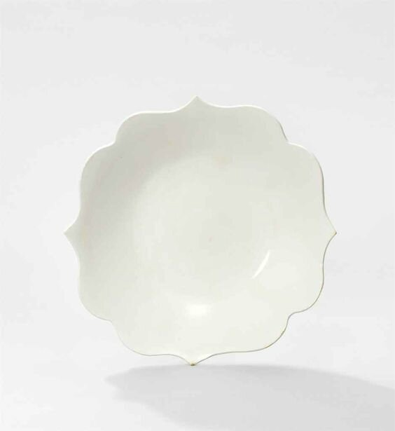 A White-glazed Barbed-Rim Dish, Five dynasties (907-960)