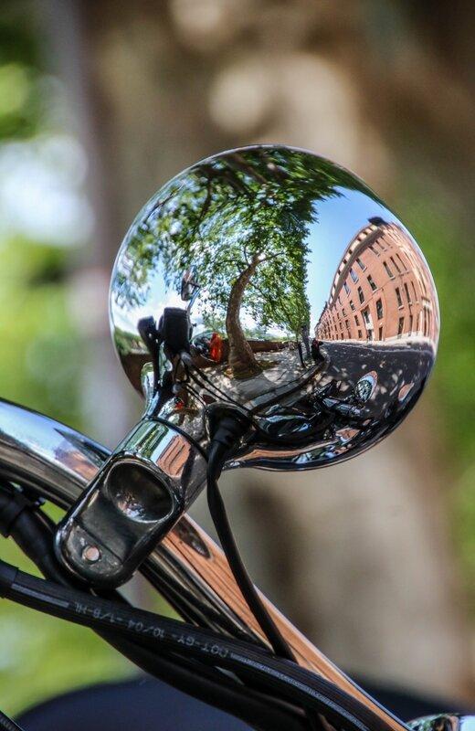 Reflets dans le rétroviseur d'une Harley