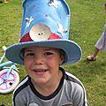 Chapeau en feutre bleu avec étoiles blanches