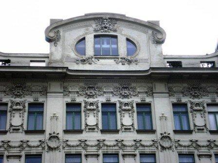 Détail des somptueux décors art nouveau ornant les facades des i