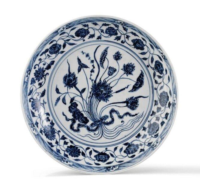 Plat en porcelaine bleu et blanc d'un bouquet de lotus, Chine, époque Yongle (1403-1424)