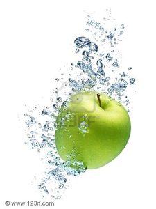 7501467_pomme_verte_sous_l_eau_avec_une_piste_de_bulles_transparentes