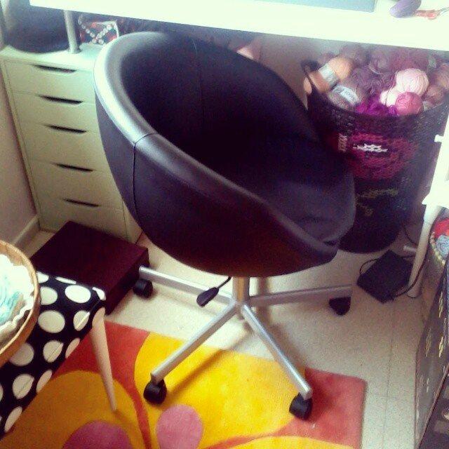 chaise-bureau-ikéa-le-bon-coin-tapis-fleur-chaise-retro