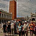 Invation touristique sur la piazzetta.