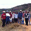 Amparafara (mai 2014) - Les villageois - Au fond à gauche, les prises d'eau près des rochers
