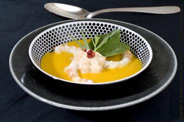 Crème de potiron, langoustines rôties et émulsion au corail d'oursin
