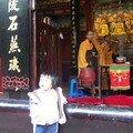 Une jeune fan de prières bouddhiste