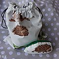 Ensemble sac pochon + mini doudou hérisson