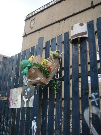 Berlin 0405 instal artistique sur palissade
