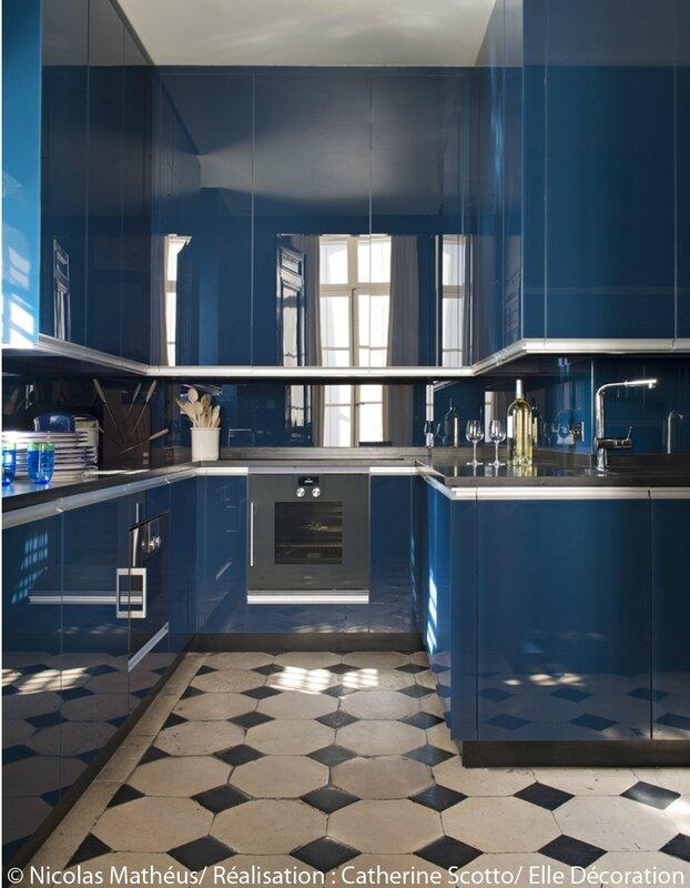 Une-cuisine-au-total-look-bleu