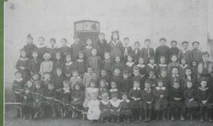 la-photo-de-classe-de-l-annee-1920-a-l-ecole-d-aren-c_887430_490x290