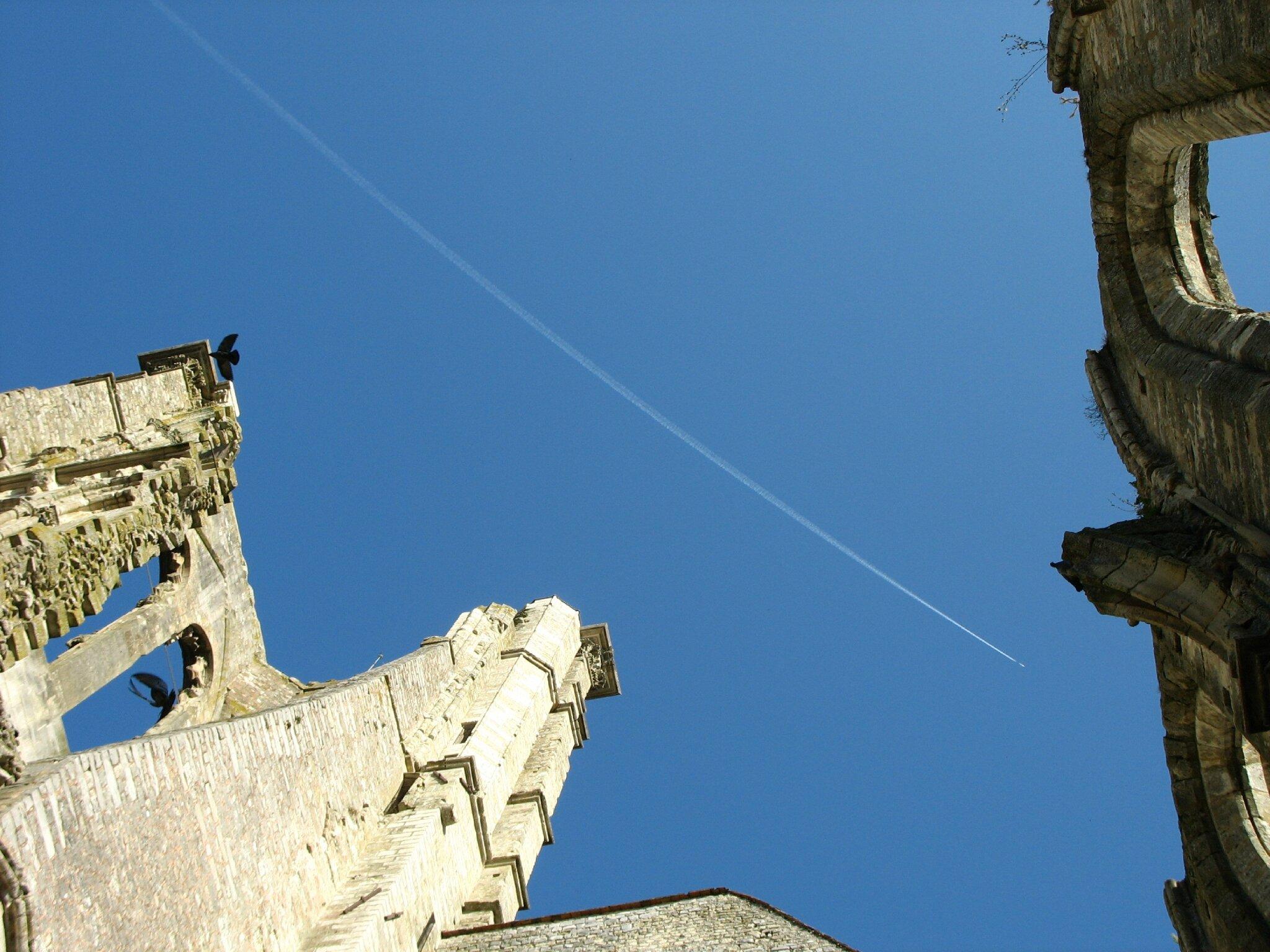 Larchant, église Saint-Mathurin, ruines et avion (77)