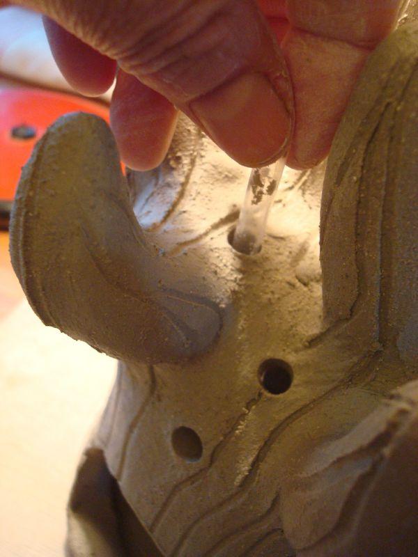 25) avec une paille, je fais des trous dans le tronc