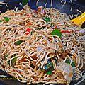 Nouilles sautées au wok, poulet et gingembre