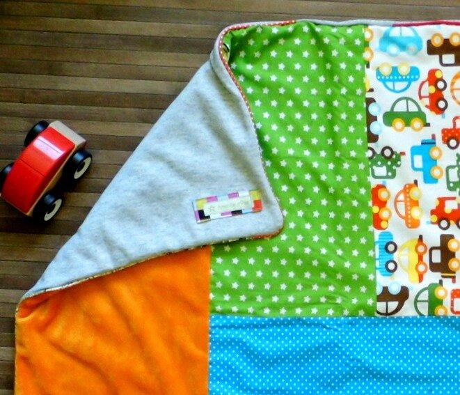 Couverture patchwork détail bébé moustaches chevrons voitures etoiles multicolores