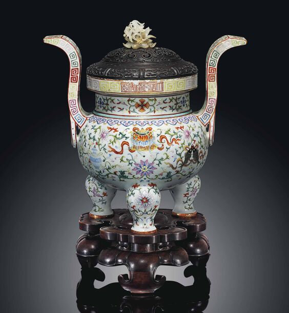 Afamille rosetripod censer and cover, Qianlong six-character seal mark in iron-red and of the period (1736-1795)