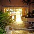 Du lobby vers la piscine