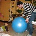 Valentin, son papa et le gros ballon bleu