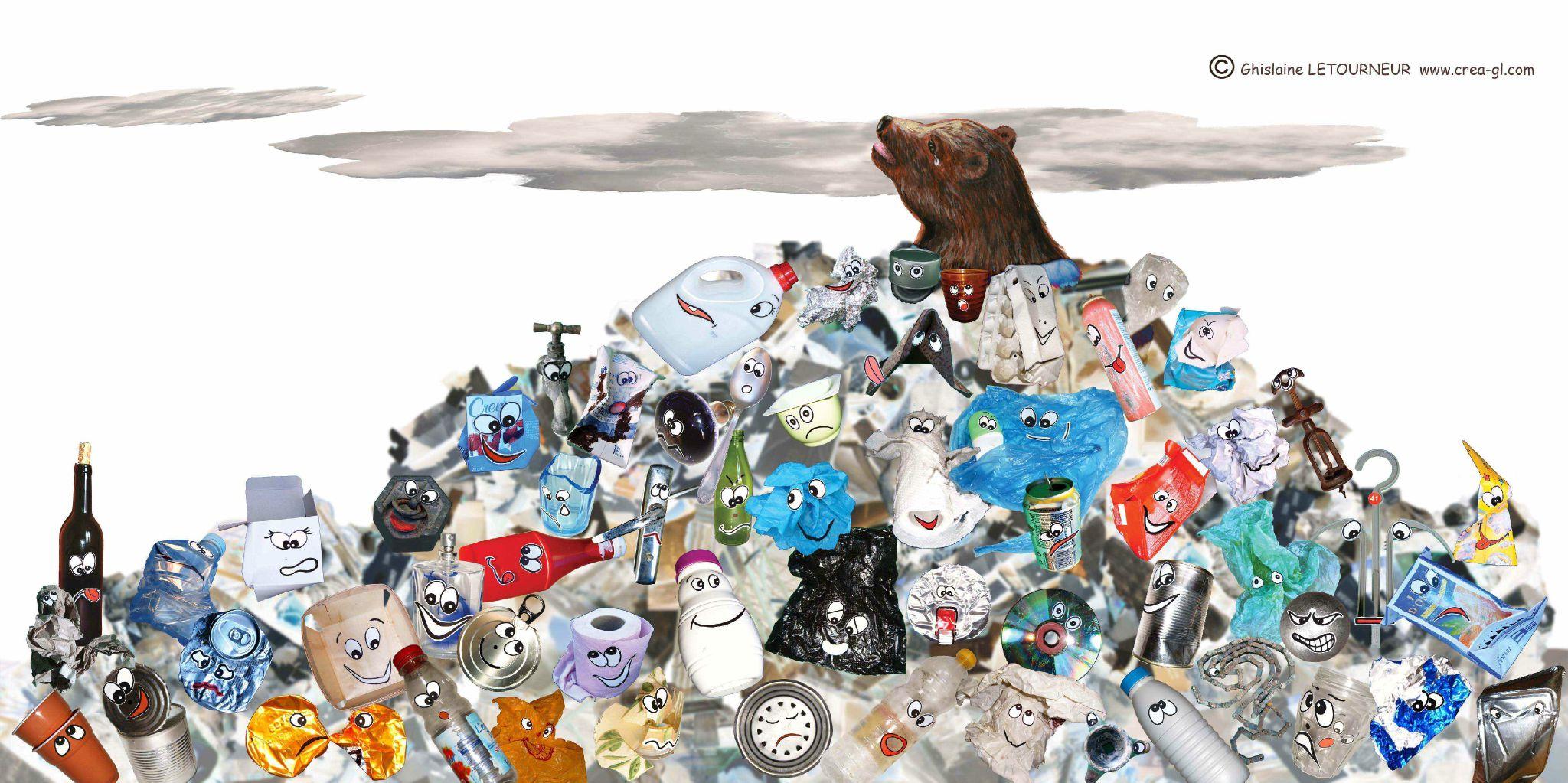 Ours dans les déchets Accumulation ordures plastique papier carton verre métal - Art recyclage - Bear in waste - Poartă în deşeuri