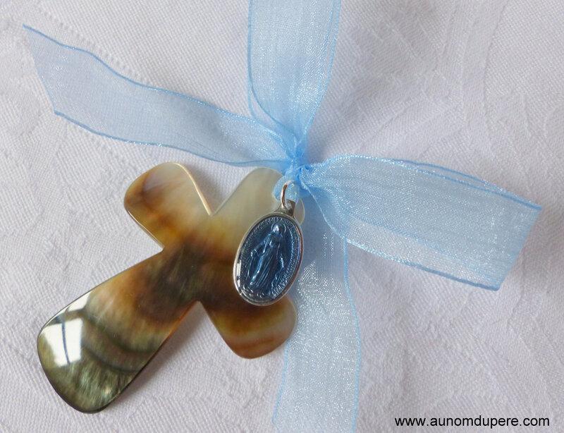 Croix en nacre avec médaille miraculeuse (bleu clair) - 32 €