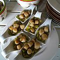 Petites coquilles saint jacques sur fondue de poireaux en cuillères