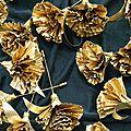 Broche, oeillet en papier or, pour Perrier Jouët