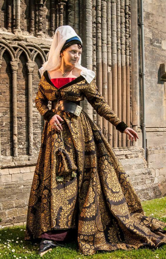 Robe à tassel fin médiéval