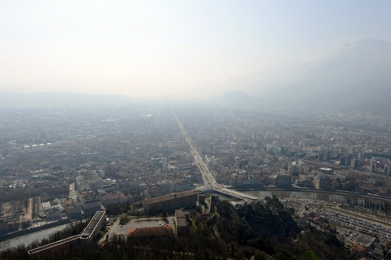 7785546100_grenoble-sous-la-pollution-le-14-mars-2014
