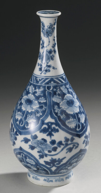 A blue and white bottle vase, Qing dynasty, Kangxi period (1662-1722)2