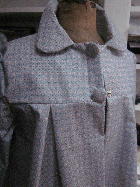 Ciré AGLAE en coton enduit gris clair fleuri rouge blanc bleu fermé par 2 pression dissimulés sous 2 boutons recouverts (4)