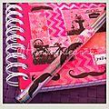 Carnet de notes travail Haute Route par ElsaTHEME: vélo/moustachePARTIS PRIS graphisme: chevrons, pois, fleursCHARTE COULEURS: orange et rose fluo, fushiaMATERIAUX : carnet; post it, MT, stylos bic et 4 couleurs